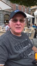 Photo représentant Jean-Louis Saugier, le gérant, sur un tricycle adapté.