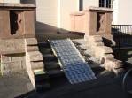 Rampe aluminium déroulé sur une montée de marches